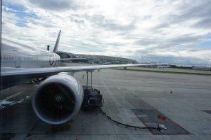 Boeing-ul 777-300ER F-GZNE văzut din tunelul de îmbarcare (Foto: BoardingPass.ro)