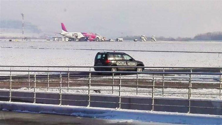 O cisternă a avariat ușor o aeronavă Airbus A320 Wizzair pe aeroportul din Cluj-Napoca (FOTO)