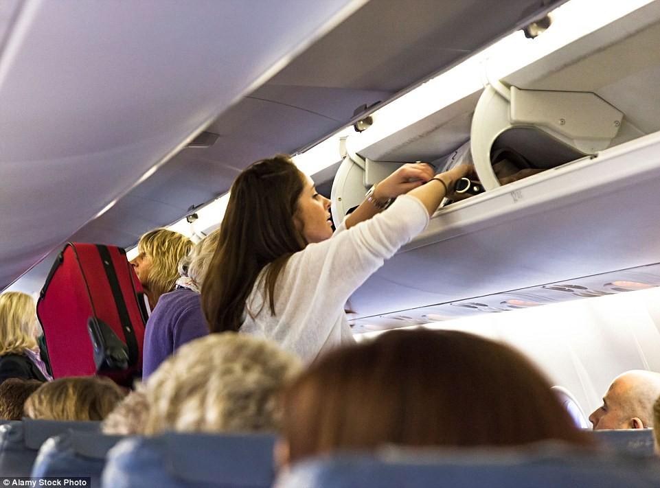 Un sondaj efectuat de London City Airport arată cele mai neplăcute obiceiuri ale călătorilor în timpul unui zbor