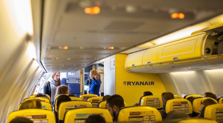 Ryanair angajează 100 de însoțitori de bord din București și Timișoara