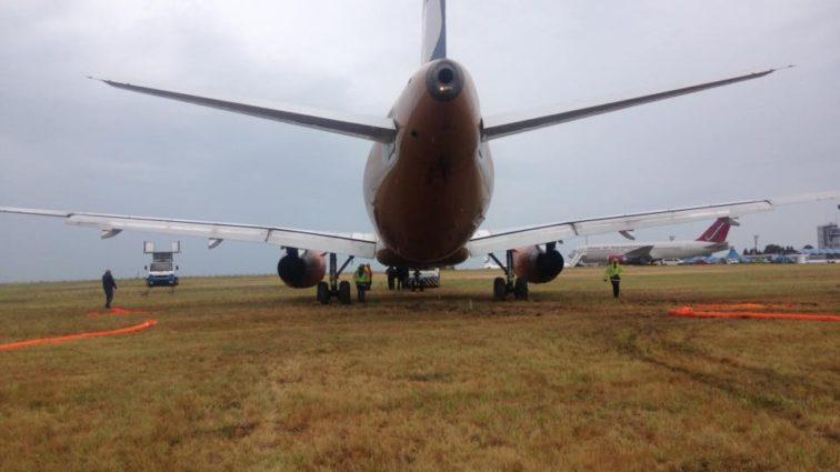 INCIDENT: Airbus A320 Smartwings a ieșit azi la aterizare de pe pista aeroportului din Burgas din cauza unor probleme tehnice (FOTO)