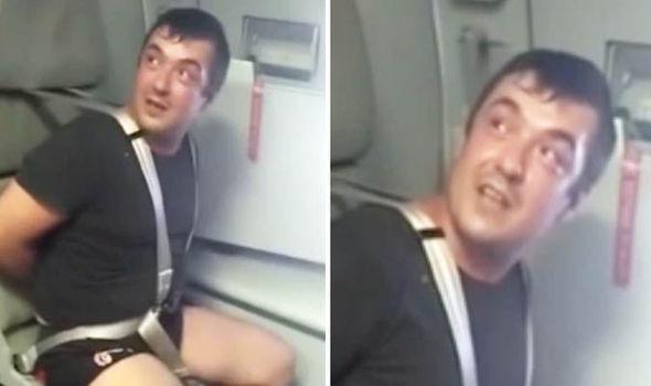 Un pasager beat a fost legat de scaun după ce a lovit cu pumnul în față un însoțitor de zbor (video)