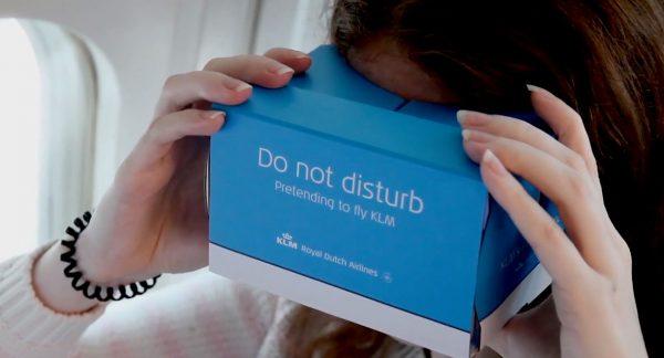 """VIDEO: KLM le oferă pasagerilor care călătoresc cu companii low-cost un dispozitiv VR pentru a """"experimenta"""" serviciile lor"""